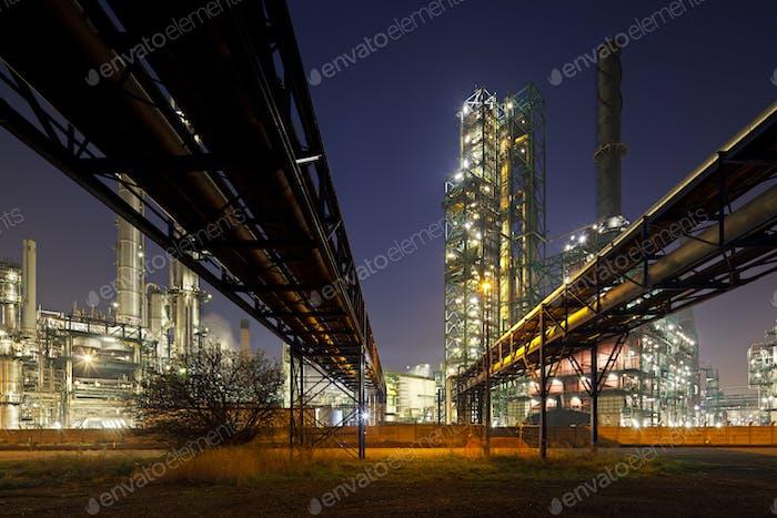 Pipelines Und Raffinerie bei Nacht