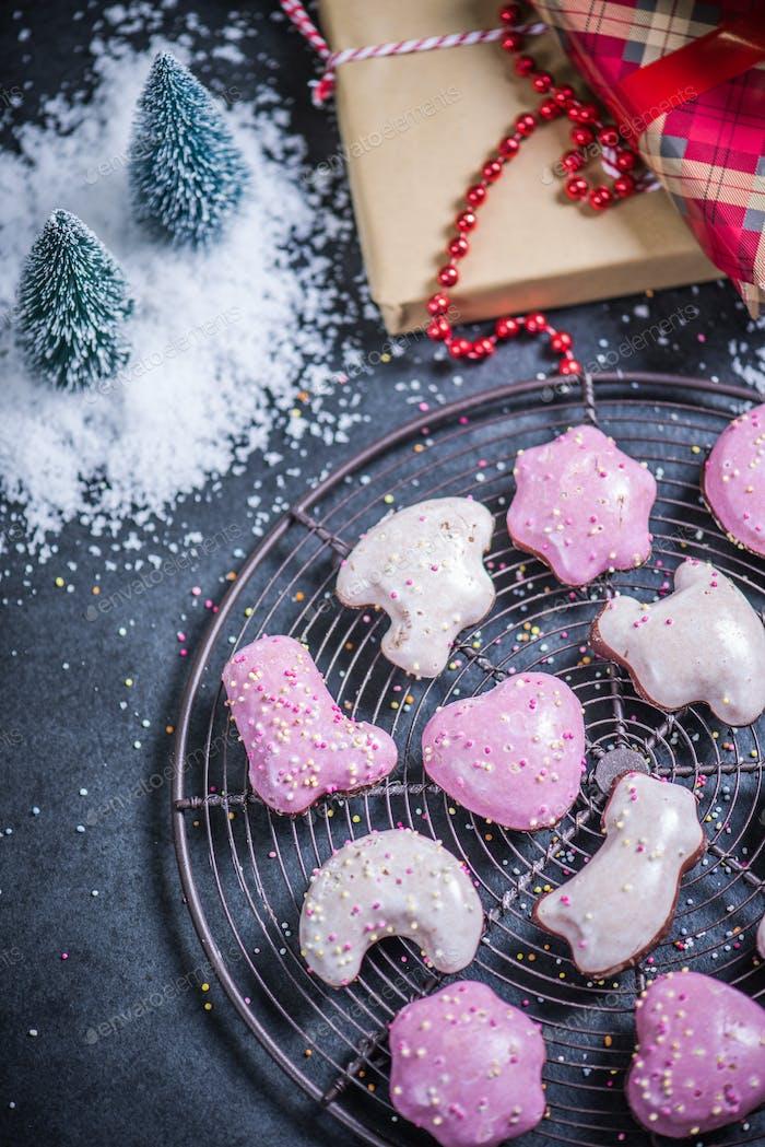 Weihnachts-Lebkuchen und festliche Geschenke