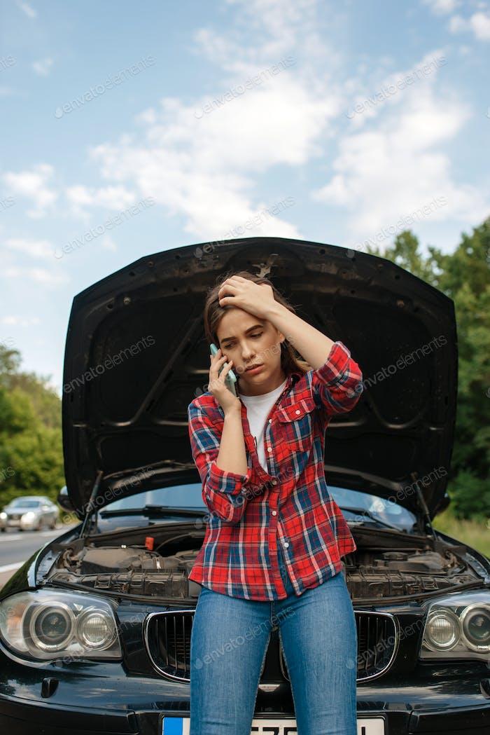 Frau ruft einen Abschleppwagen auf der Straße, Autopannung