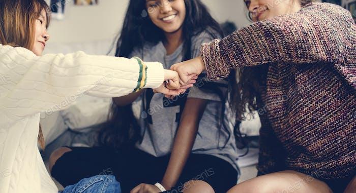 Teenager-Mädchen in ein Schlafzimmer Faust stoßen Freundschaft Konzept