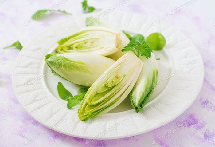 Ensalada de achicoria fresca y saludable (witloof) en un plato. Menú dietético. Comida saludable.