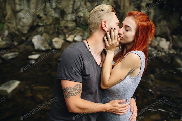 schönes Paar auf dem Hintergrund des Waldes
