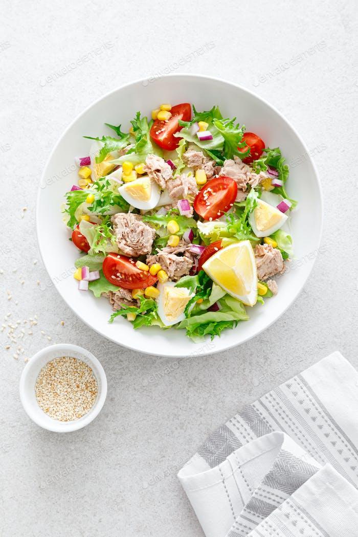 Thunfischsalat mit gekochtem Ei, Tomate, Salat, Mais