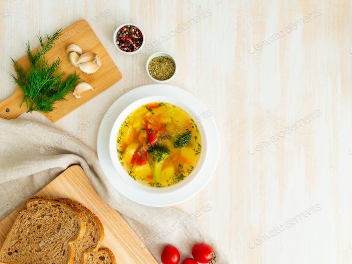 Gesunde helle Frühlingsgemüse vegetarische Suppe mit Brokkoli, Draufsicht, Kopierraum