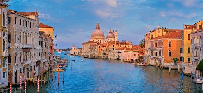 Panorama von Venedig Canal Grande und Santa Maria della Salute Kirche bei Sonnenuntergang