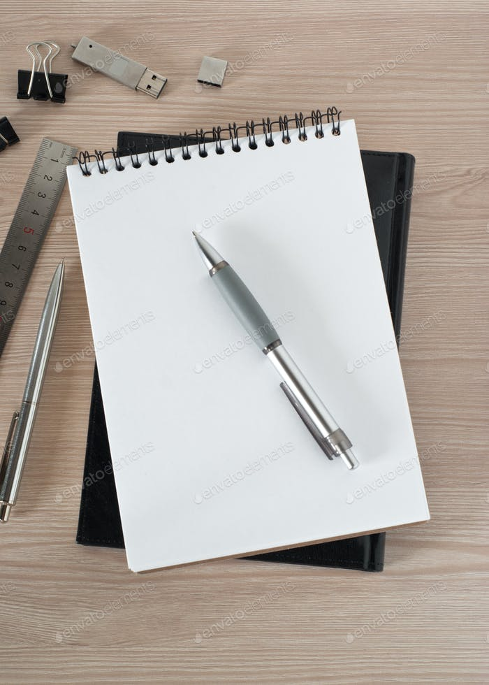Leerer Notizblock auf Bürotisch