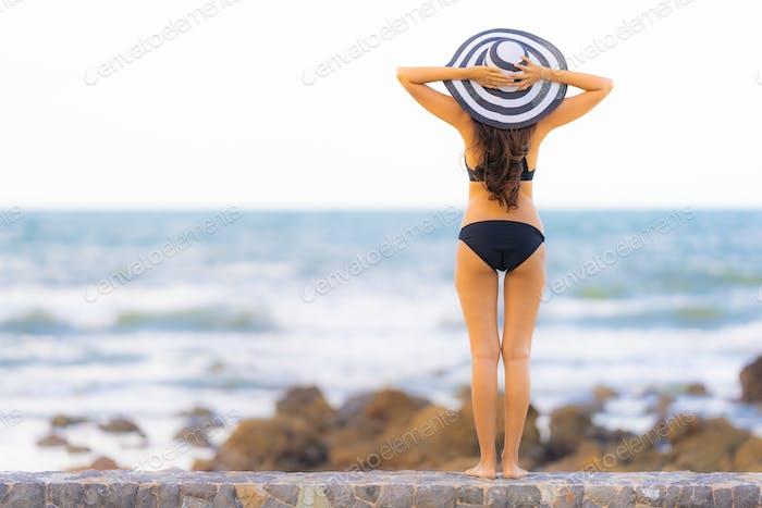 Porträt schöne junge asiatische Frau tragen Bikini auf die Strand se