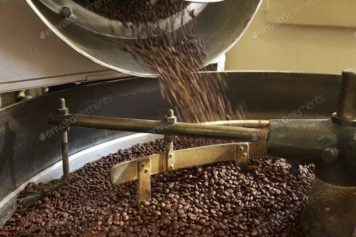 Kaffeebohnen Rösten im industriellen Wasserkocher