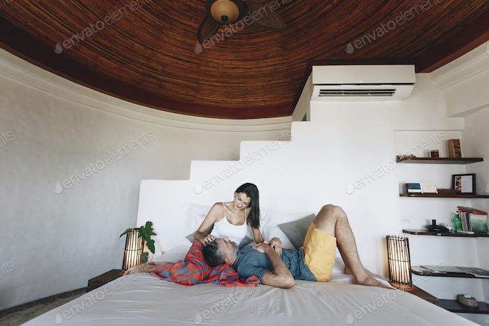 Flitterwochenpaar entspannen in einem Hotelzimmer