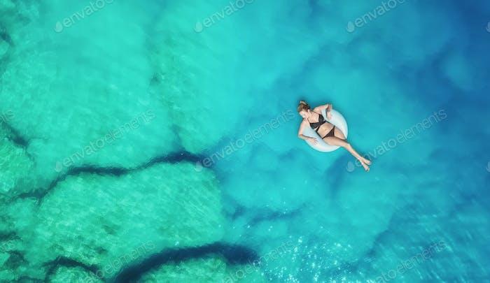 Das Mädchen auf dem Schwimmring. Entspannung und Erholung
