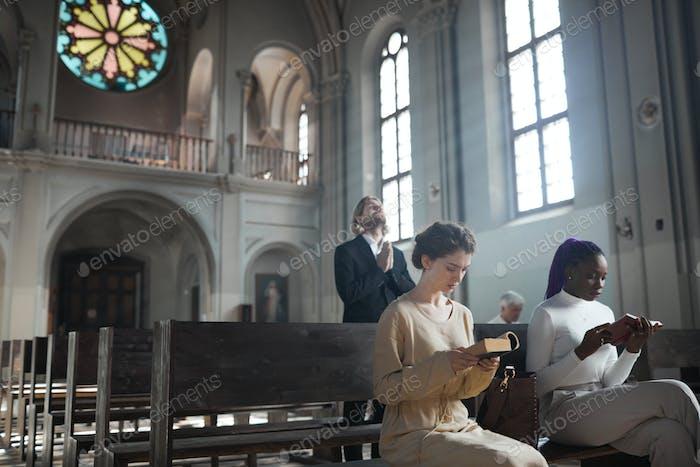 Un grupo de personas sentadas en una iglesia