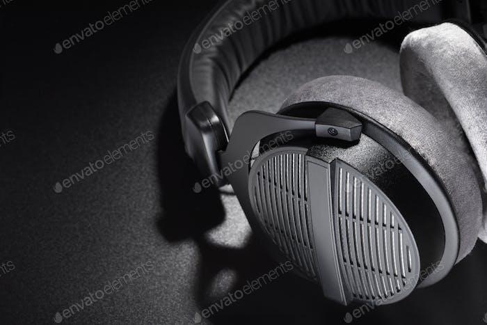 Schwarzer Studio-Kopfhörer auf dunklem Hintergrund