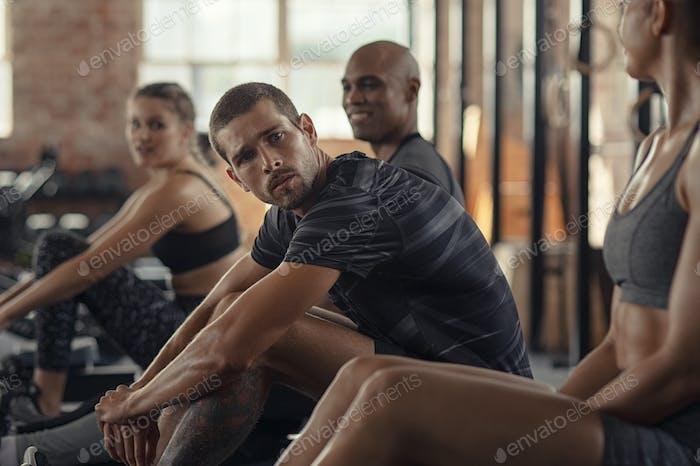 Fitnessleute machen eine Pause am Rudergerät