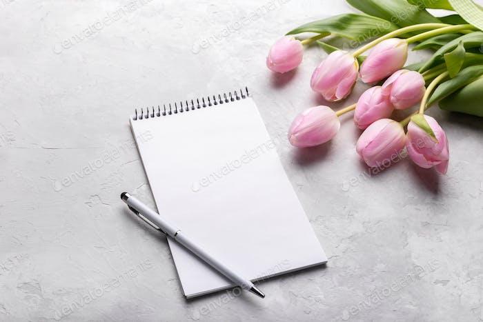 Tulpen und Notizblock