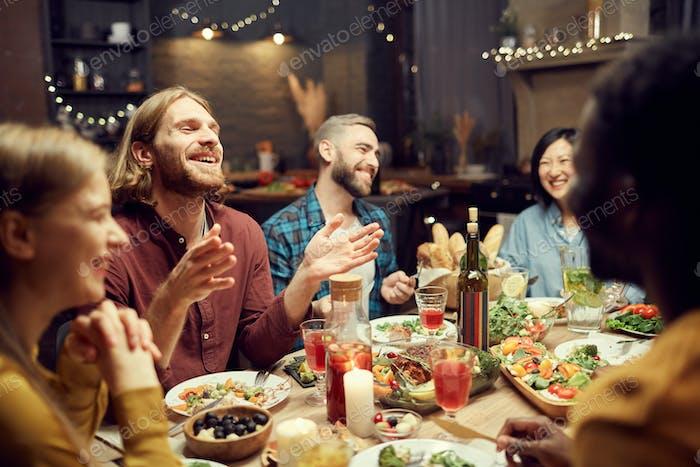 Gente riendo en la mesa de la cena