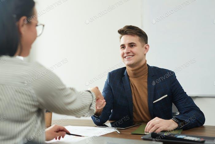 Socios estrechando la mano en la oficina