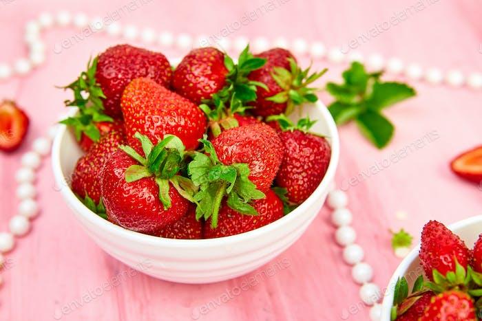 Erdbeeren in weißer Schüssel. Frische Erdbeeren. Wunderschöne Erdbeeren.