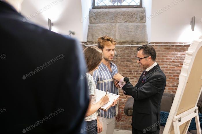 maßgeschneiderte die Messung seines Kunden für die Herstellung eines Anzugs