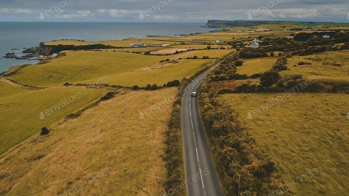 Route aérienne d'automne: vue de voyage en voiture. Magnifique paysage de campagne d'Irlande du Nord