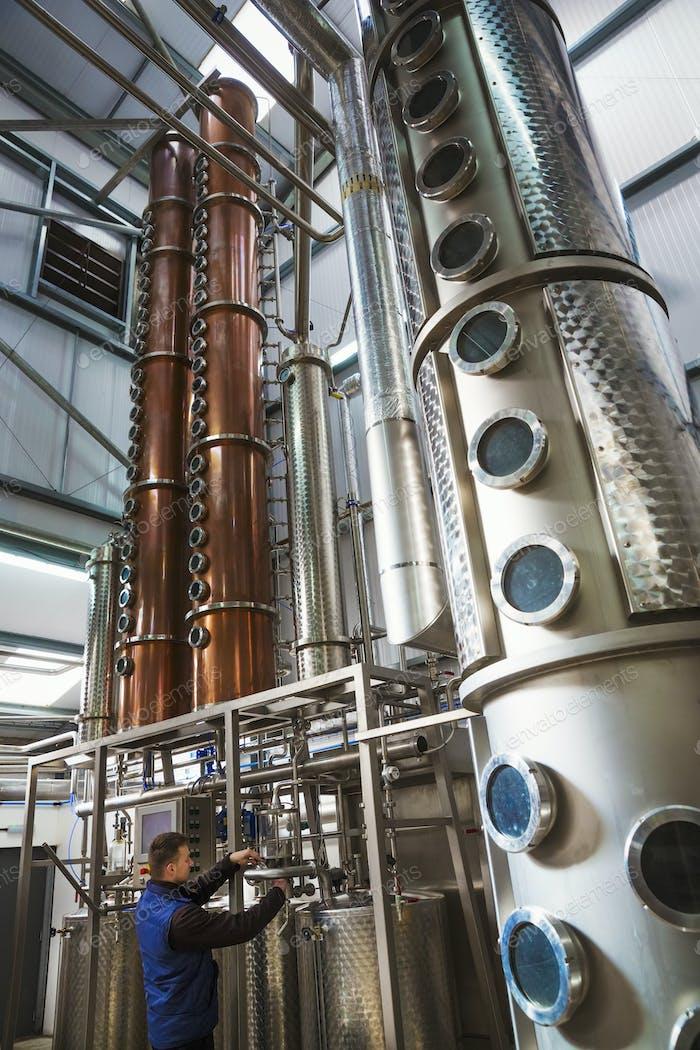 Hohe Kupferbrennerei Kammern in einer Brauerei, Braubehälter in Kupfer und Stahl. Ein Mann in