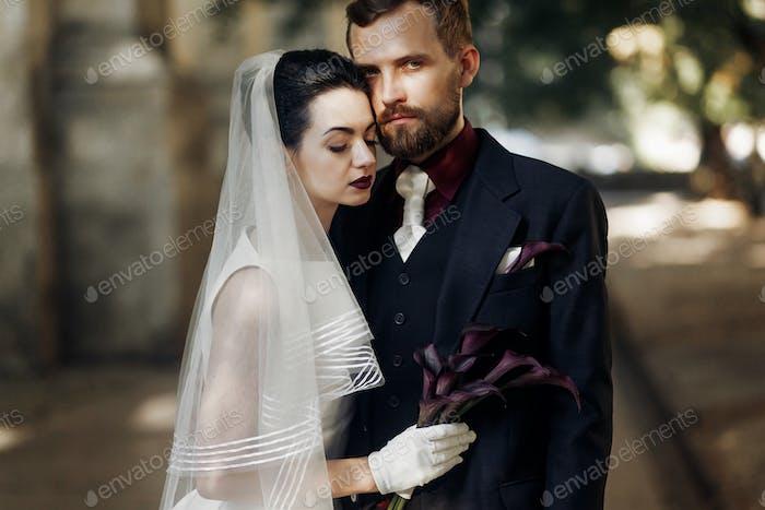 Великолепная невеста обнимает стильный жених