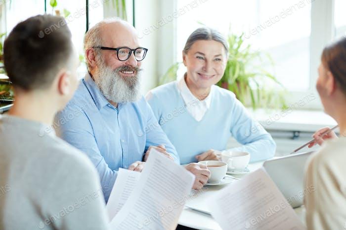 Mitarbeiter bei Besprechung