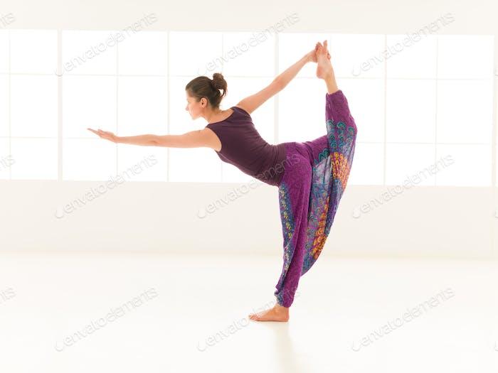 practicante de yoga indor