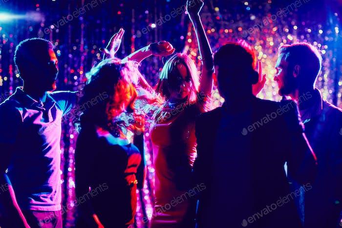 Freunde tanzen