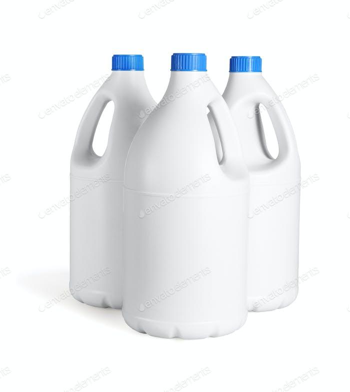 Drei weiße Plastikflaschen Waschmittel
