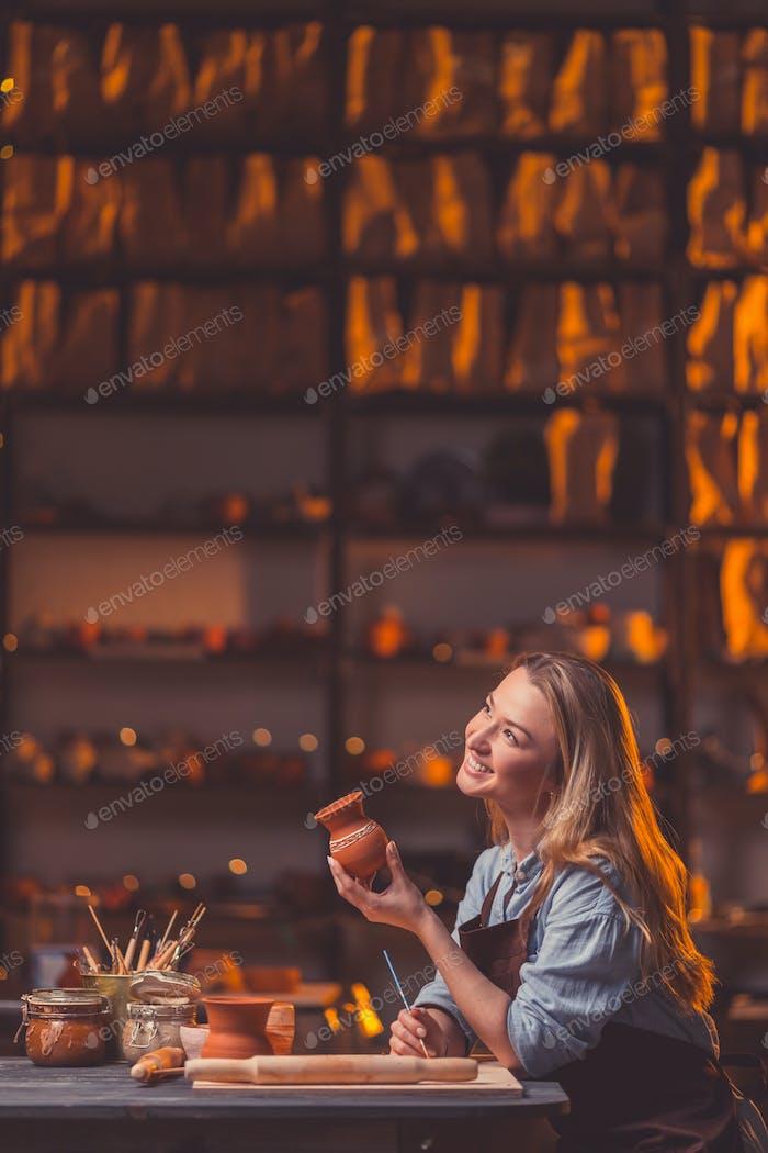 Lächelnd junges Mädchen in Werkstatt