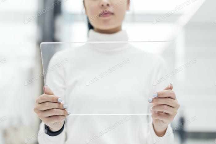 Ученый, использующий прозрачный цифровой экран в исследовательском центре