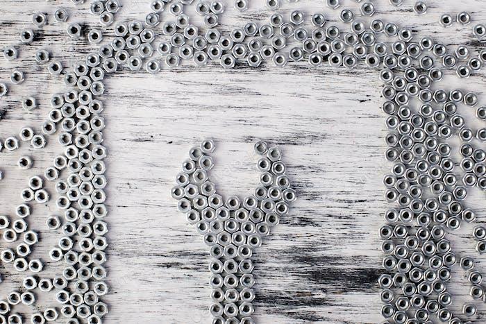 Mutternschlüssel aus Metallmuttern Hintergrund. Flache Lag.