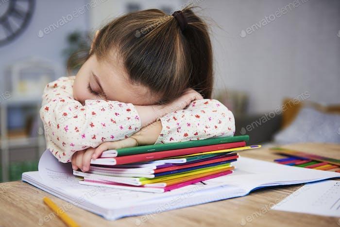 Müde und gelangweilt Kind schlafen auf Bücher