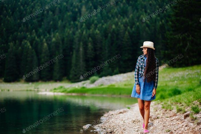 hübsche Frau entspannen auf dem Land mit Seeblick