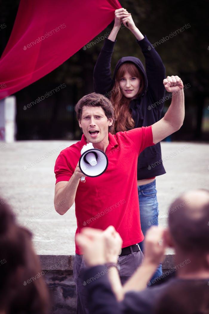 Feurige Rede eines jungen Aufruhrführers