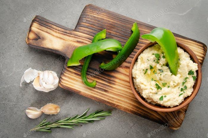 Flacher Blick auf Gemüse-Tiefschale Hummus