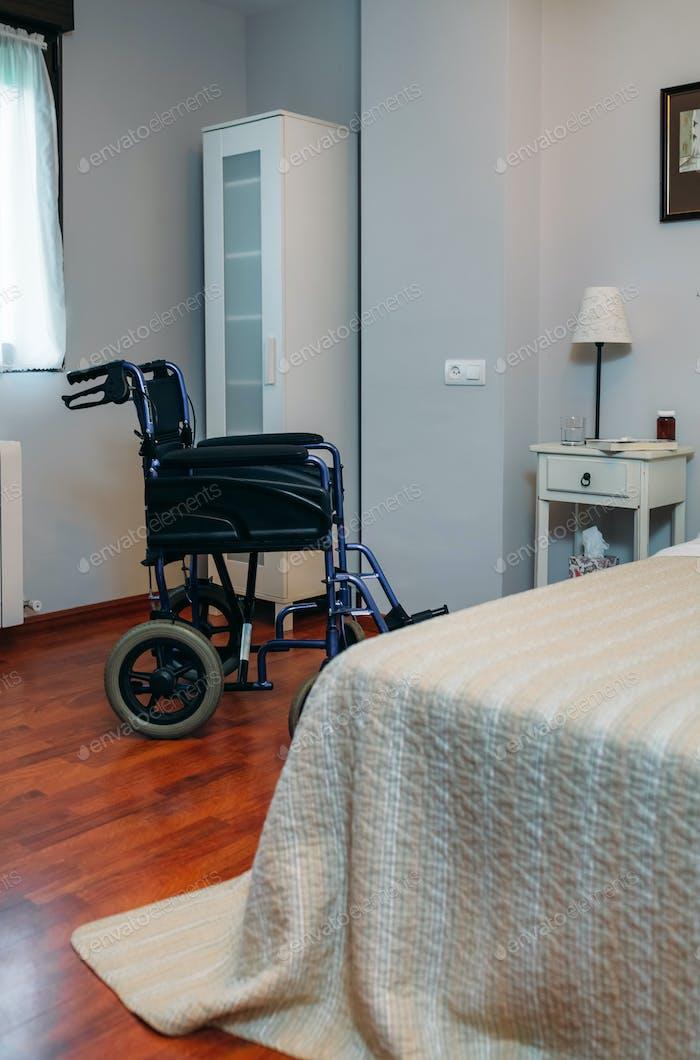Klinikraum mit Rollstuhl