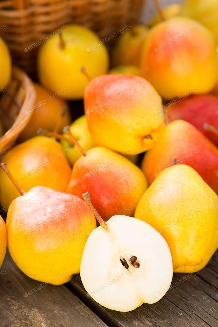 Gelbe Birnen auf Holztisch