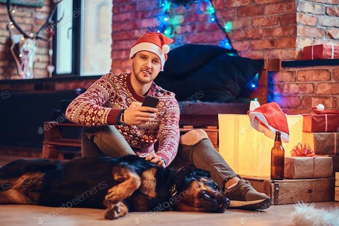Ein Mann mit einem Hund.