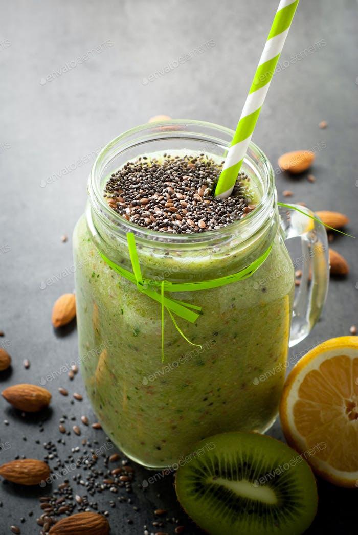 Grüner Smoothie mit Samen