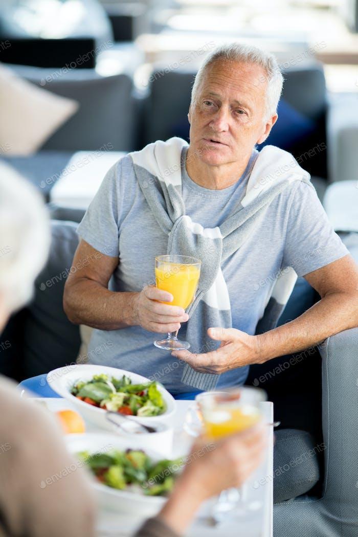 Aktiver Seniorenmann im Café