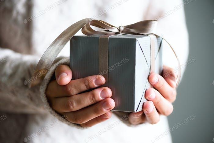 Weibliche Hände in Geschenkbox. Kopierraum. Weihnachten, hew year, Geburtstagskonzept