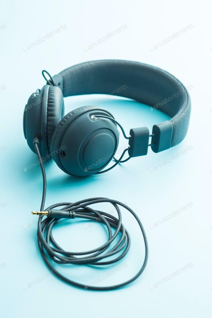 Graue Vintage-Kopfhörer.