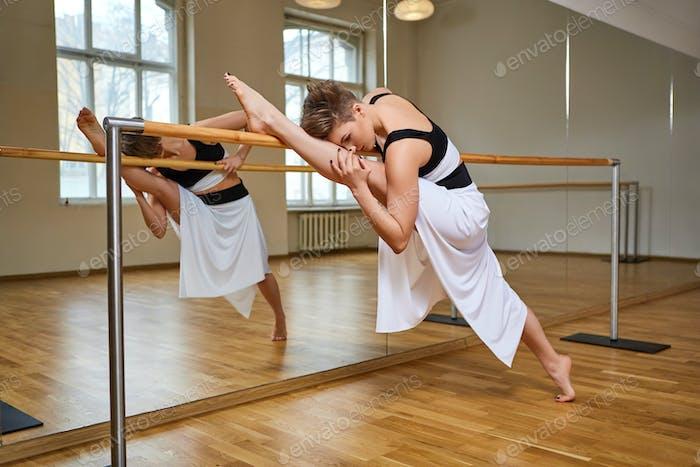 Tango-Tänzerin Frau exzersizing in Tanzstudio Zimmer