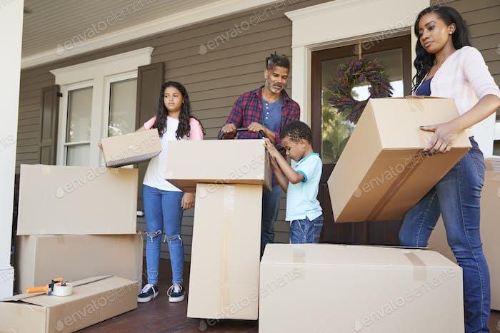 Kinder helfen Kindern mit Boxen auf Umzug In Tag