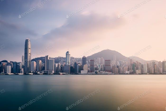 Städtische Skyline von Hongkong bei Sonnenuntergang