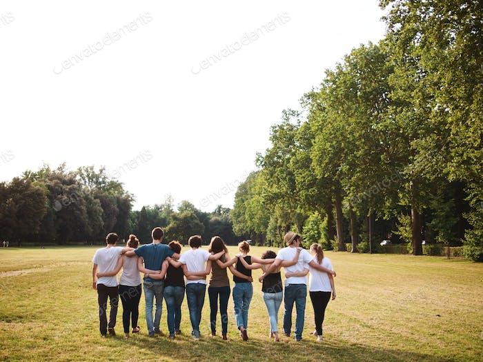 gran grupo de amigos que se mantienen unos a otros en un día de verano
