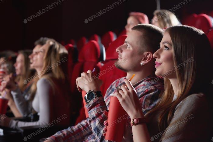 Gruppe von Menschen, die Film im Kino genießen