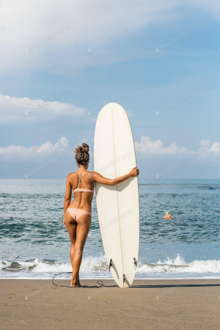 Surfzeit für sportliche Dame.