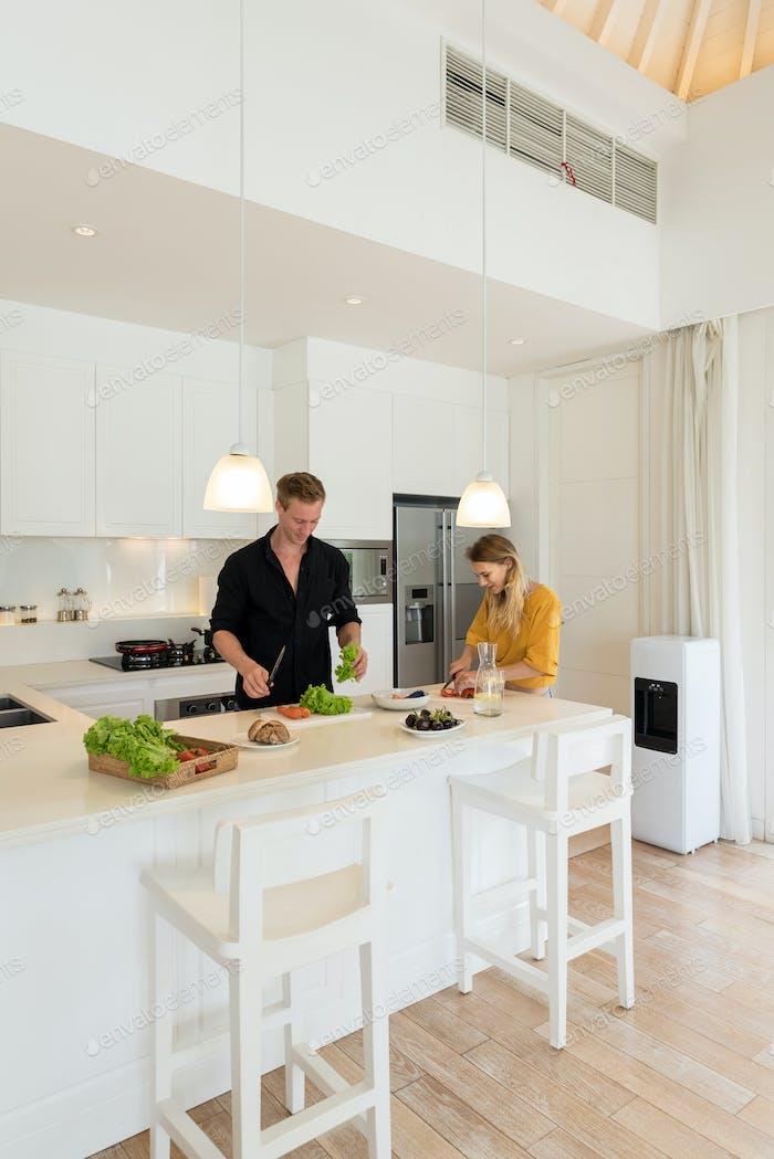 Paar machen Mittagessen auf einem withe Küche zu Hause